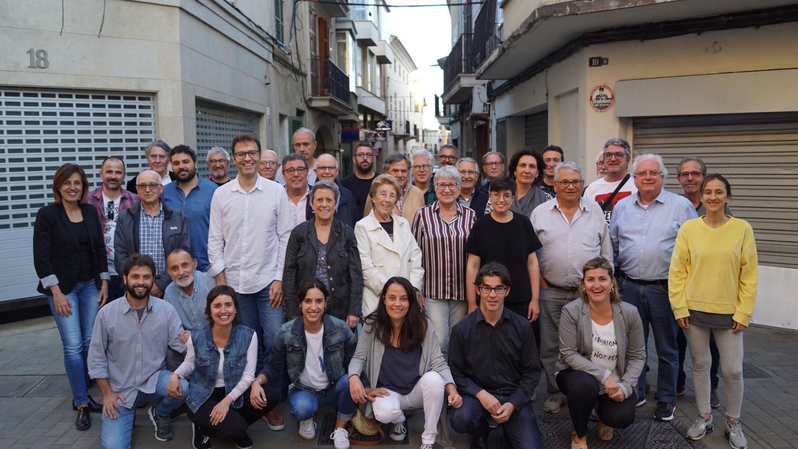Imatge dels veterans dels grups d'esquerra amb el membres de la candidatura actual.