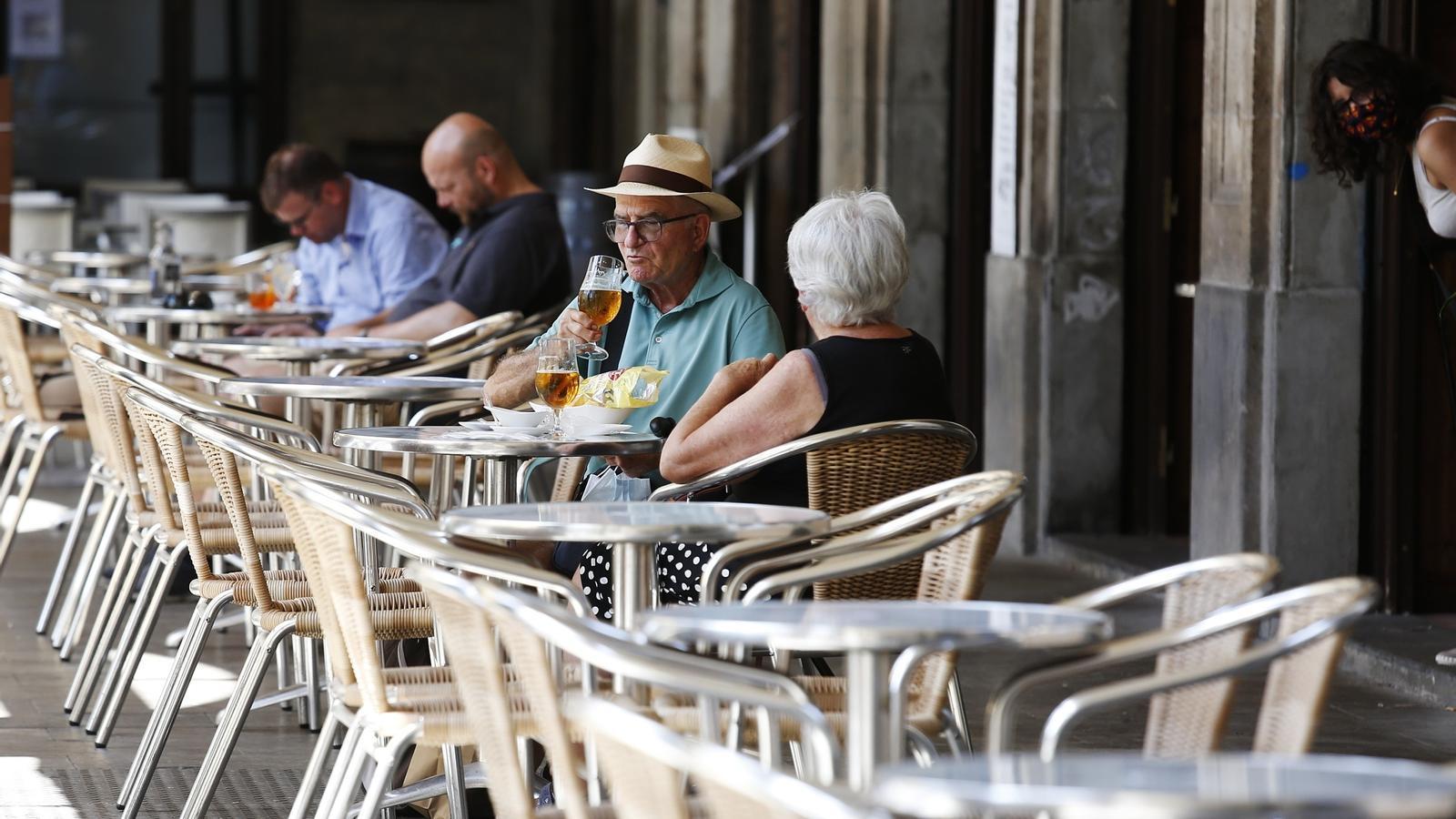Clients en una terrassa de la plaça Reial de Barcelona, aquest dimecres