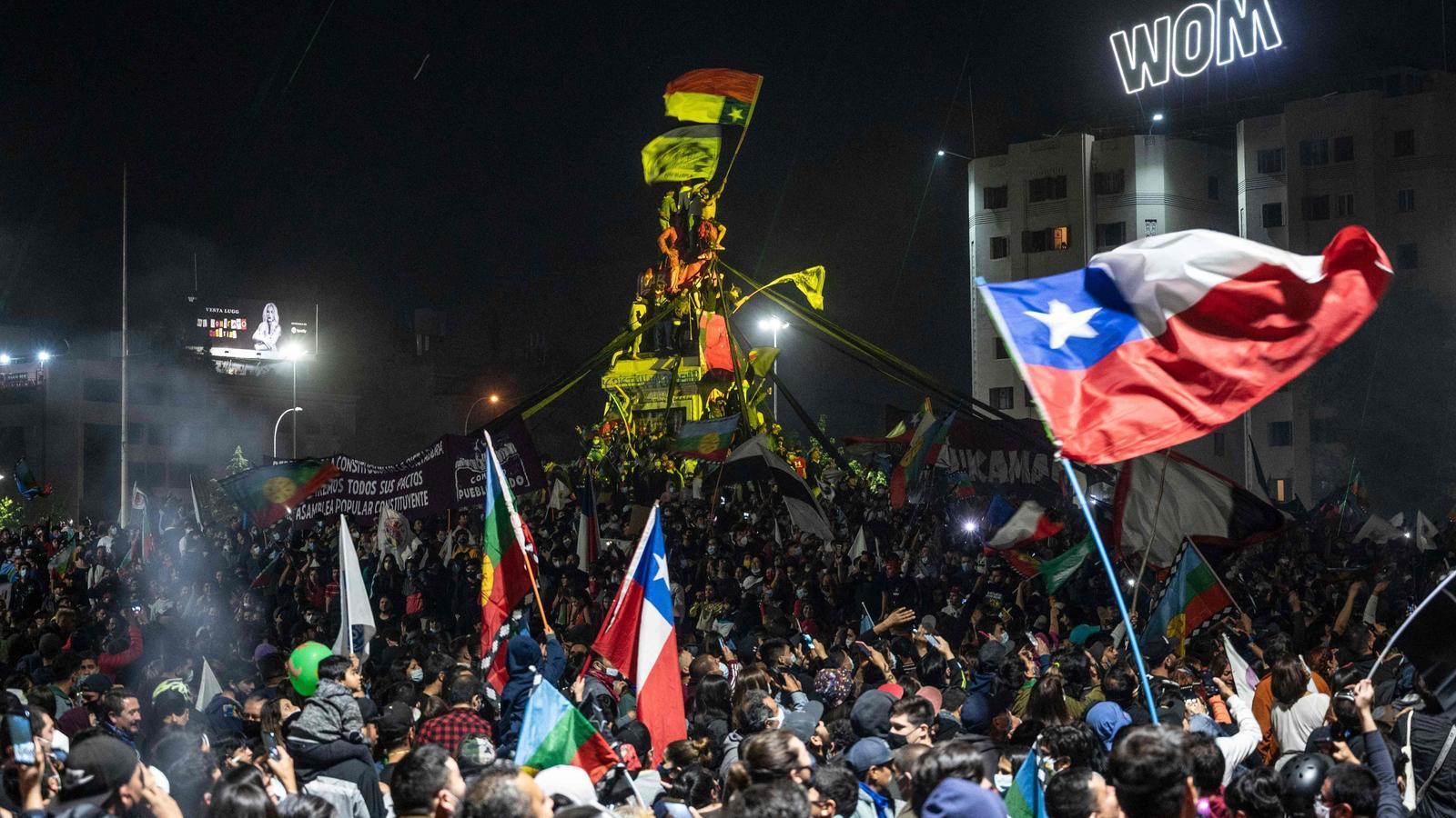 Celebració dels partidaris de canviar la constitució xilena, diumenge a la nit a Santiago