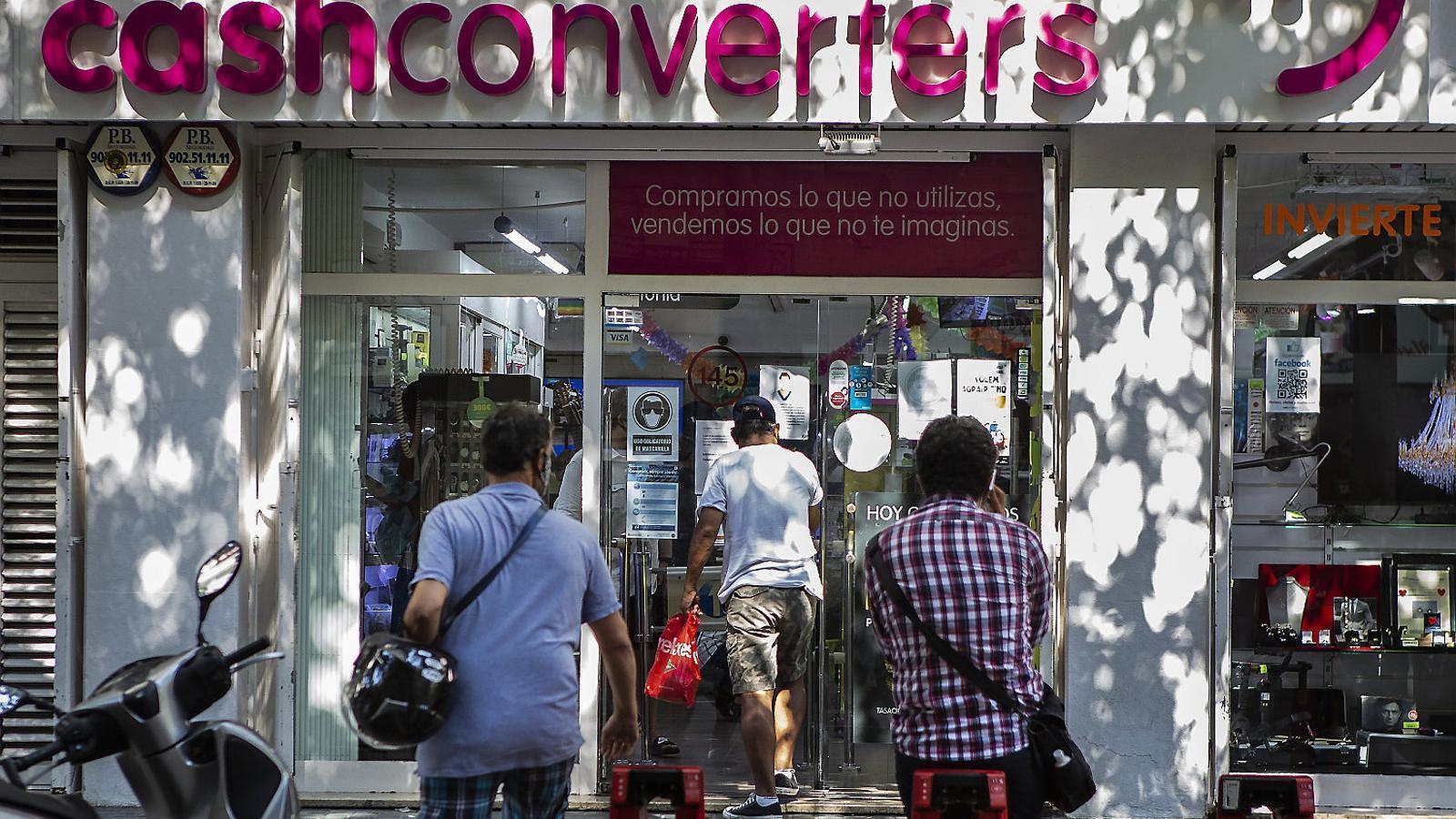 Cues en una botiga de Cash Converters a Barcelona el 27 d'agost.