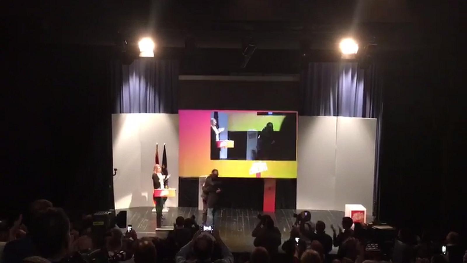 Abraçada de Jordi Turull amb la dona de Jordi Sànchez al míting de Parets del Vallès