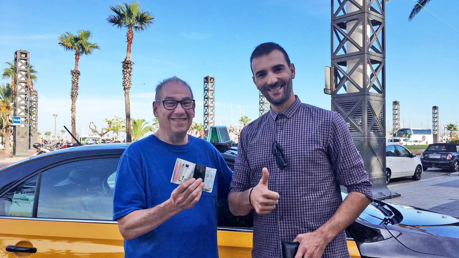 Un taxista es troba 800 euros i els torna al propietari