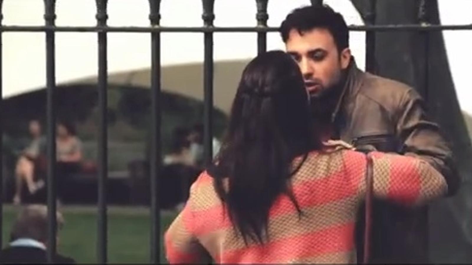 La diferent reacció dels vianants quan un home pega una dona… i una dona pega un home