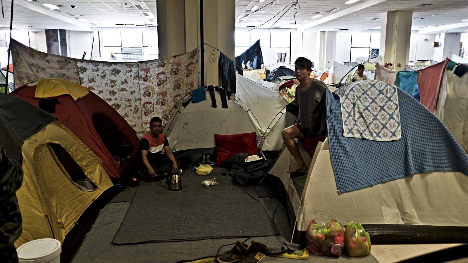 Refugiats afganesos malvivint en tendes de campanya dins la terminal abandonada d'Elliniko, l'antic aeroport d'Atenes