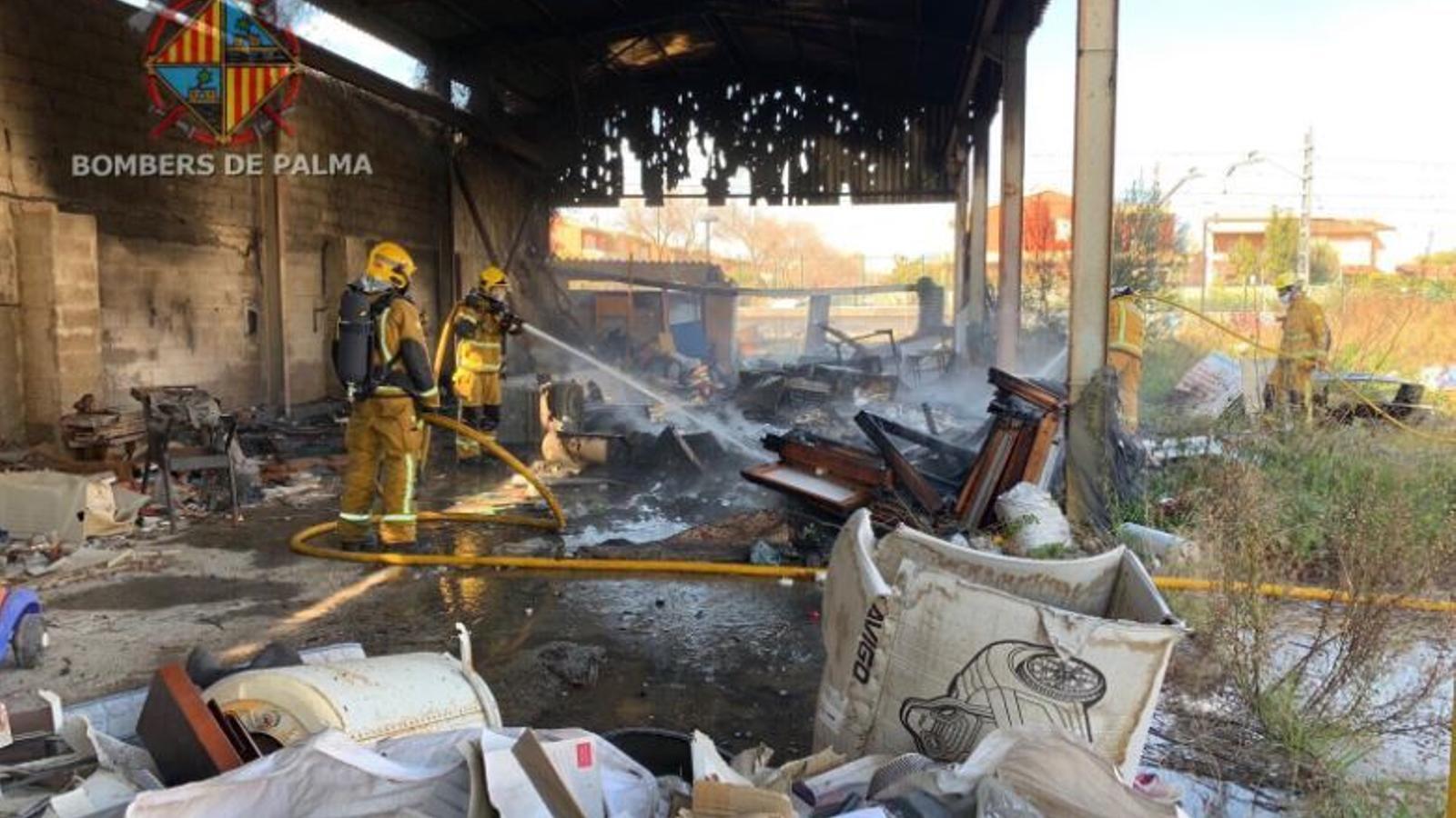 S'incendia una nau industrial a Palma