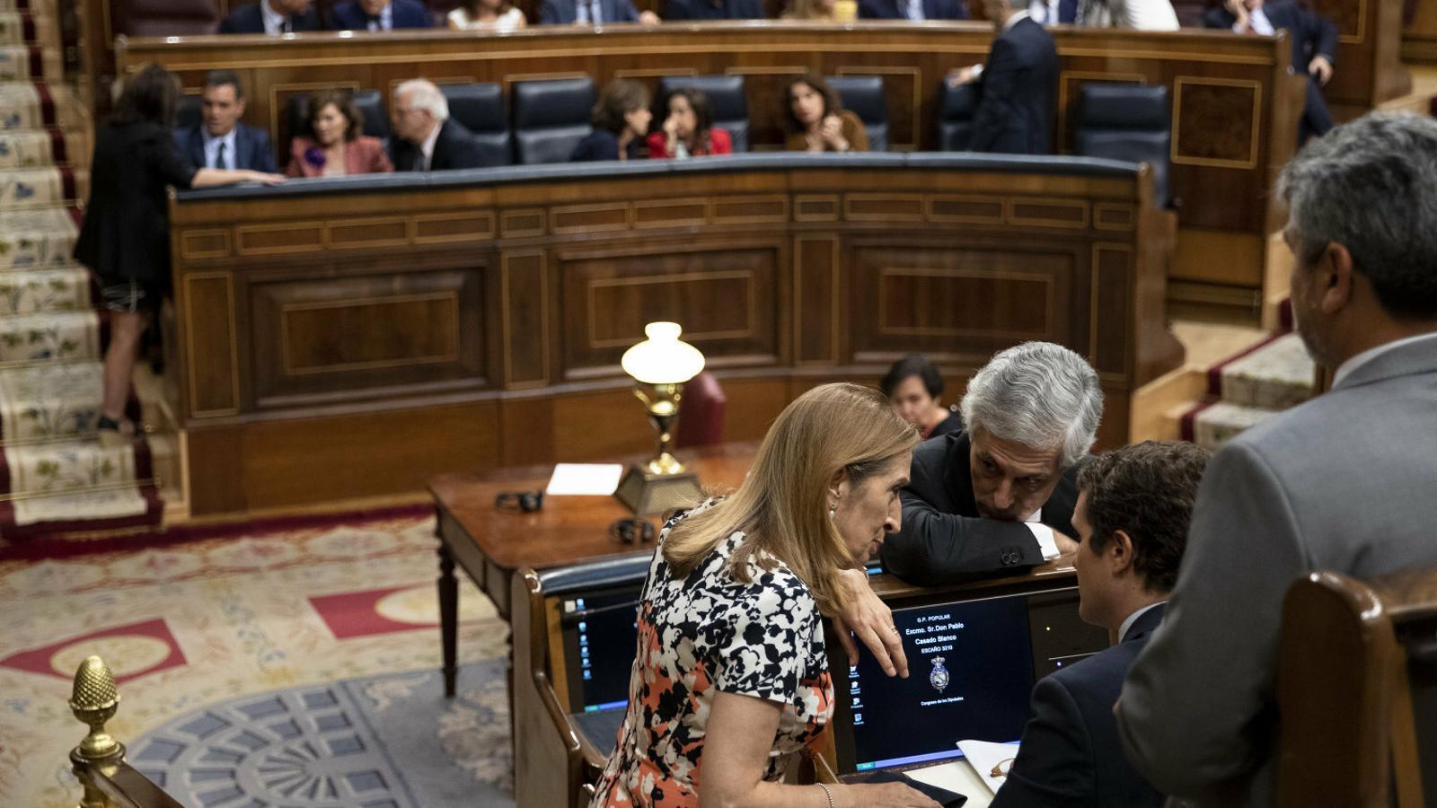 Ana Pastor, Suárez Illana i Casado parlant al Congrés. Al fons, Sánchez amb Lastra.