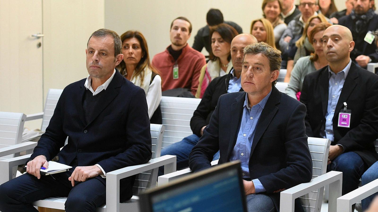 Sandro Rosell i Joan Besolí, en primer terme, al banc dels acusats de l'Audiència Nacional. / FERNANDO VILLAR / EFE