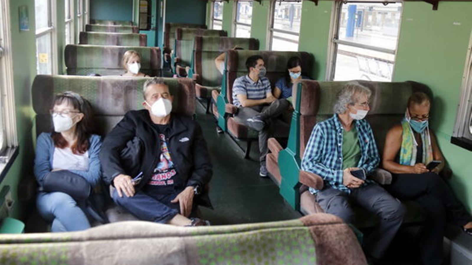 Passatgers del Tren dels Llacs abans de sortir de Lleida cap a la Pobla de Segur. / ACN