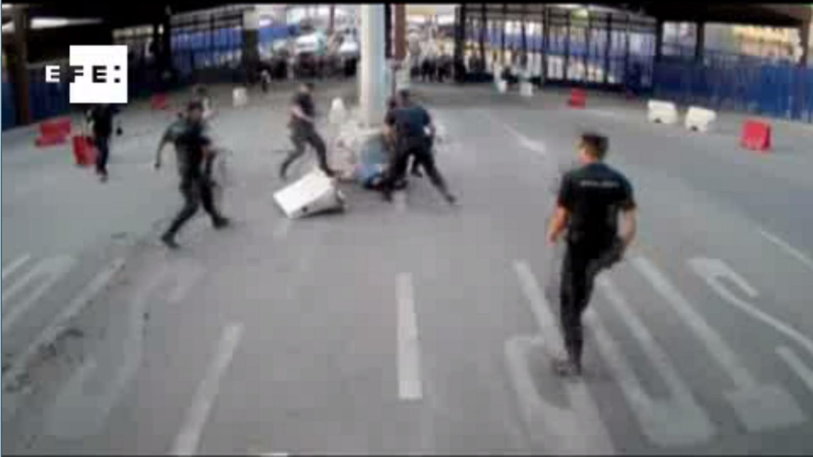 """Un home ataca els policies de la frontera de Melilla cridant """"Al·là és el més gran!"""""""