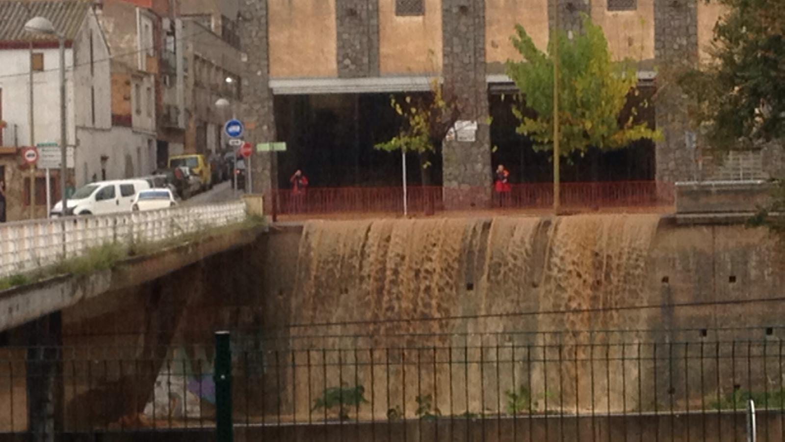 Salt d'aigua espontani a Rubí / SERGI GARCIA