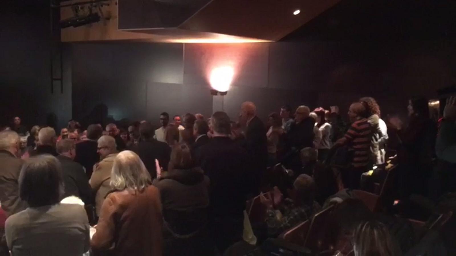 Josep Rull ovacionat a l'entrada del Teatre Principal de Terrassa