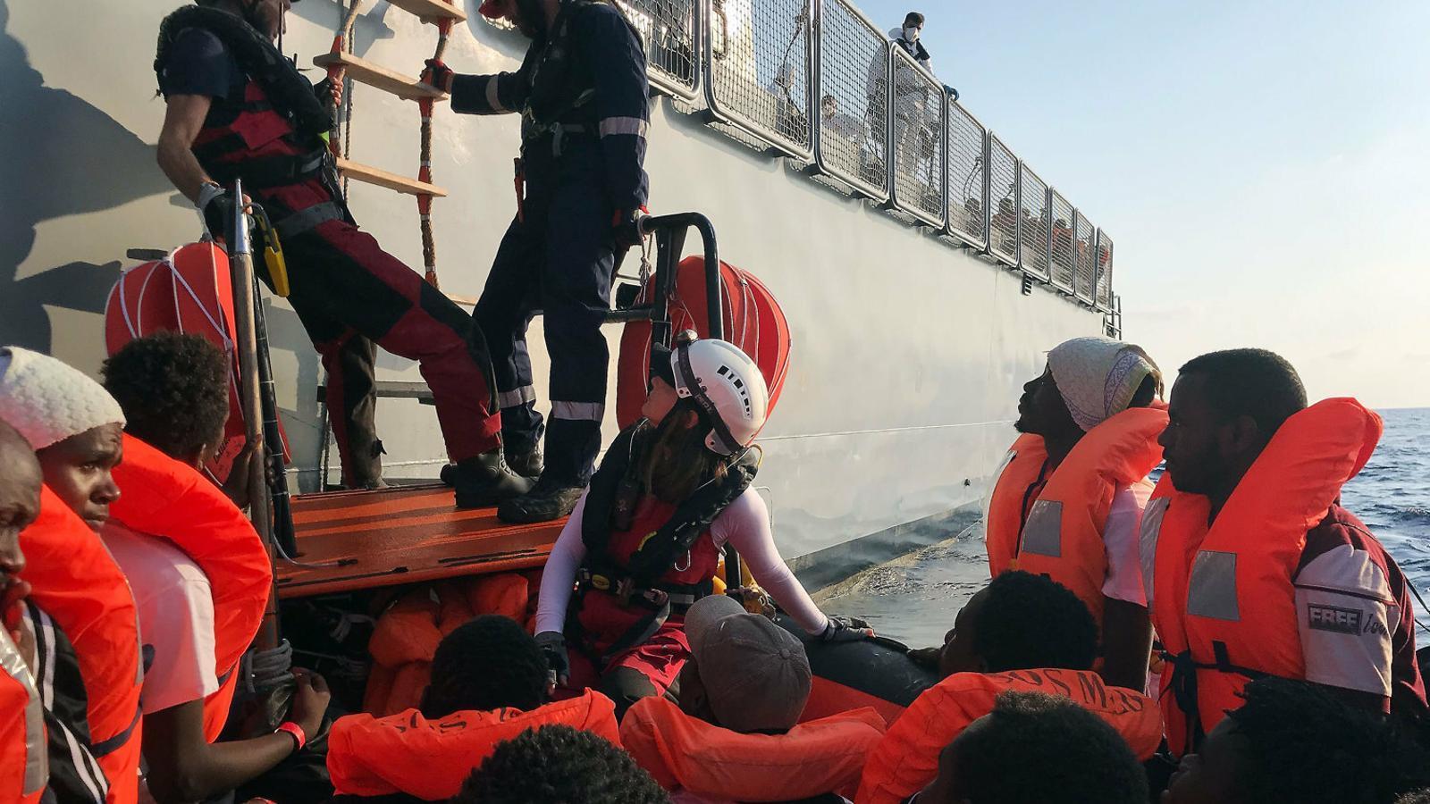 Salvini i la UE ja han bloquejat al mar tres mil immigrants