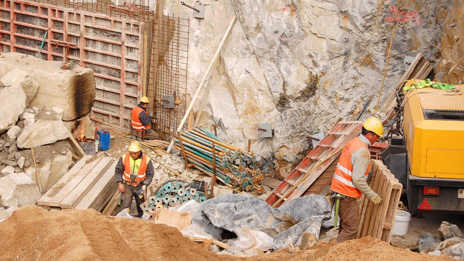 Tres persones treballen al sector de la construcció.