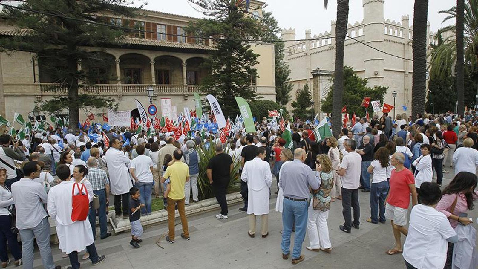 Protesta sanitària davant el Consolat. / I. BUJ