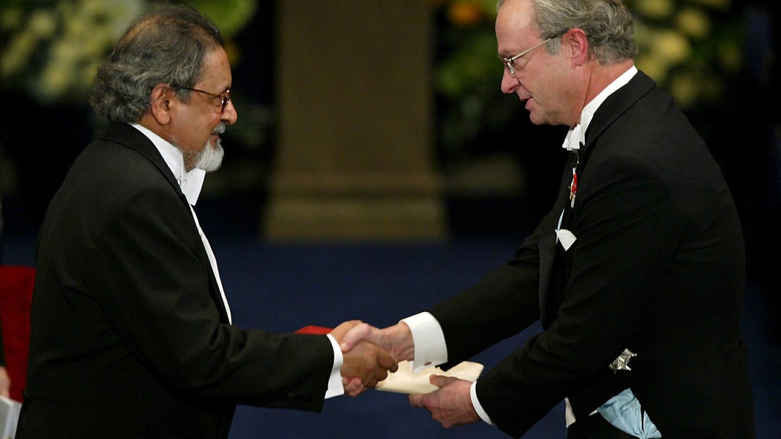 V.S. Naipaul rebent el Nobel de literatura a Estocolm el desembre del 2001.