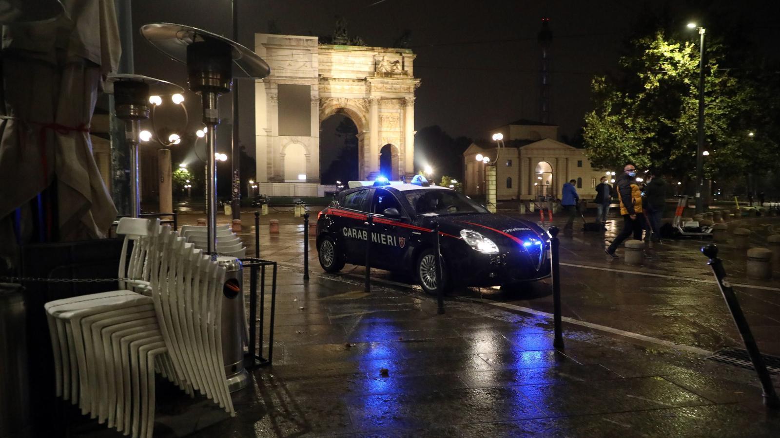 Els carabinieri controlen la zona de bars i restaurants al voltant de l'Arco della Pace la primera nit de toc de queda a Milà
