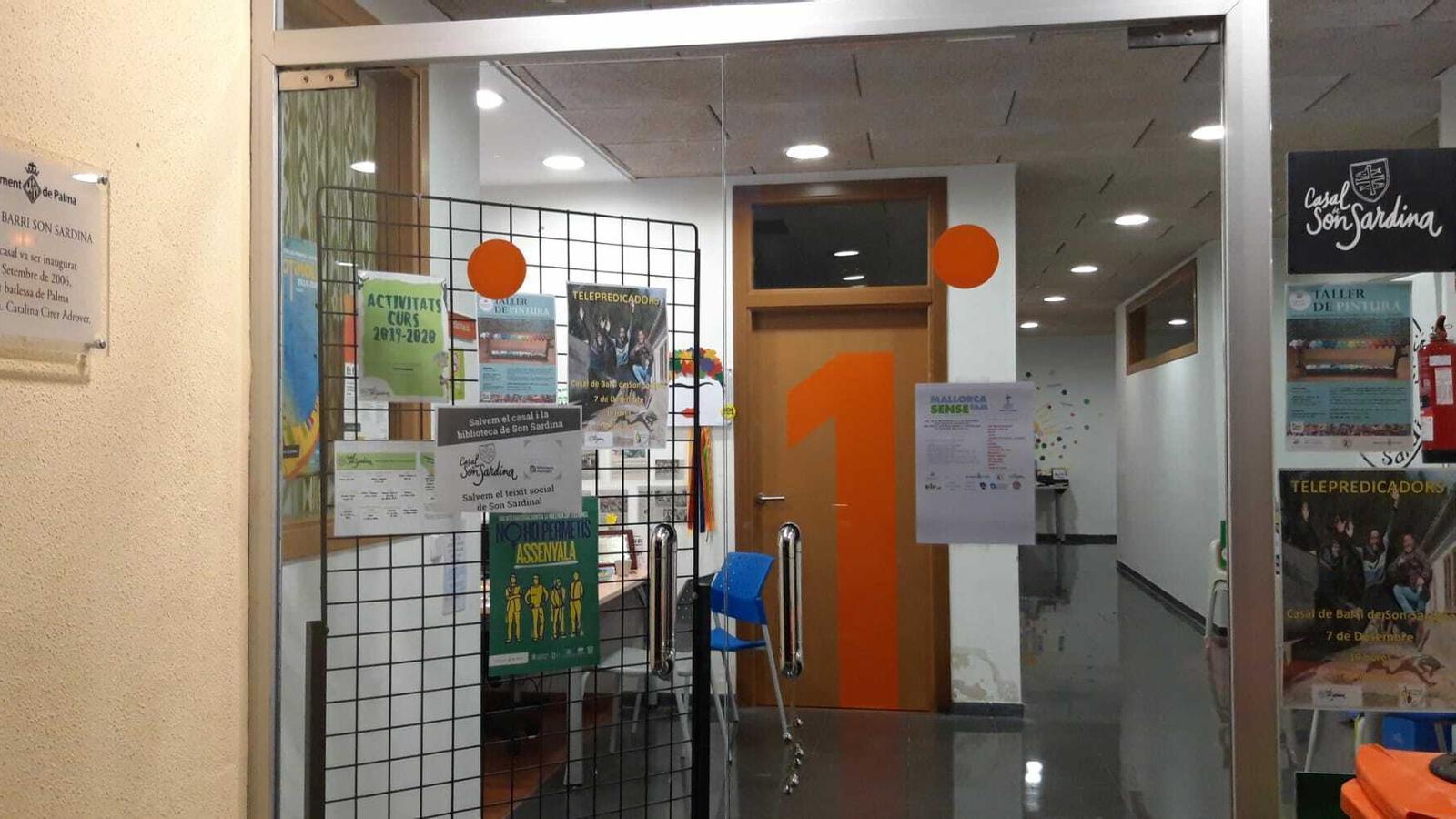 L'agressiu fons d'inversió Lone Star pretén desnonar el casal de barri i la biblioteca de Son Sardina