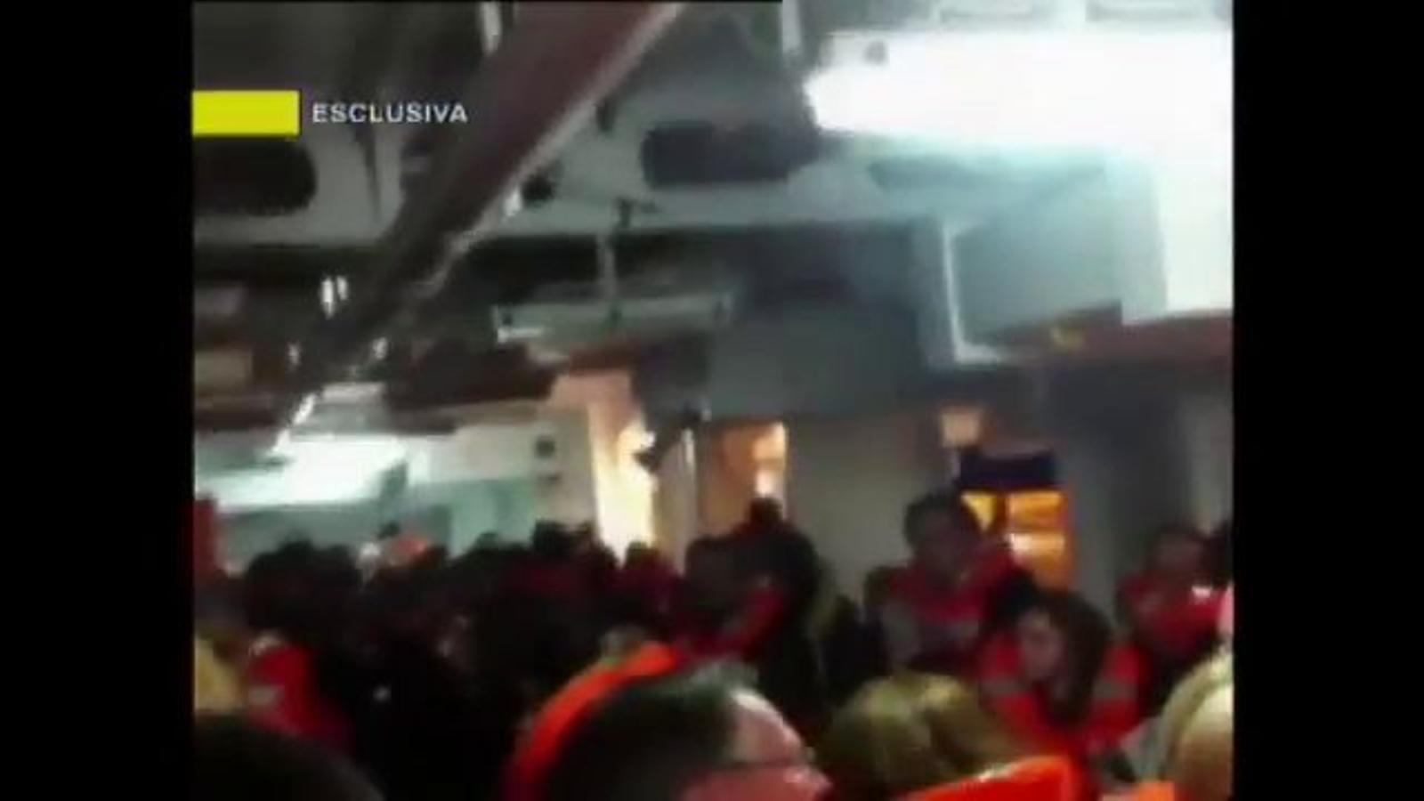 La tripulació ordena els passatgers del 'Costa Concordia' que tornin a les cabines