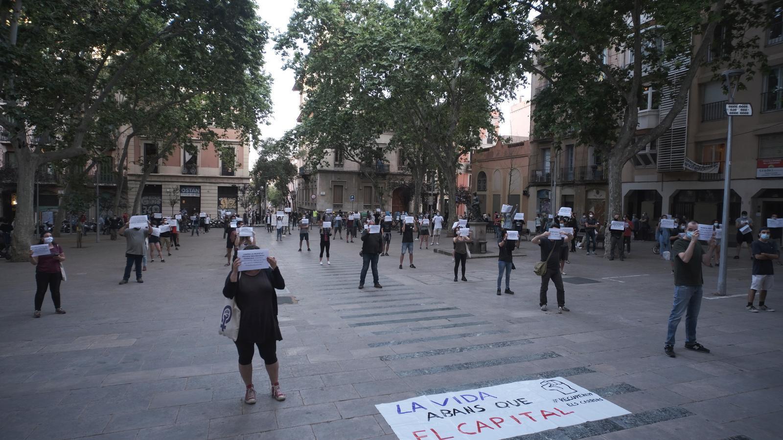 Els anticapitalistes aconsegueixen manifestar-se a Gràcia mantenint la distància