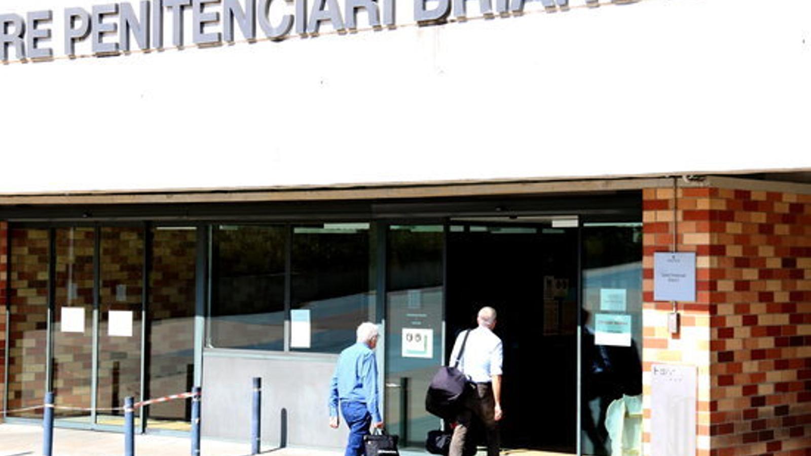 L'extresorer de CDC Daniel Osàcar entrant a la presó de Brians 2 juntament amb el seu advocat, Xavier Melero, a un quart de sis de la tarda d'aquest dijous / POL SOLÀ/ACN