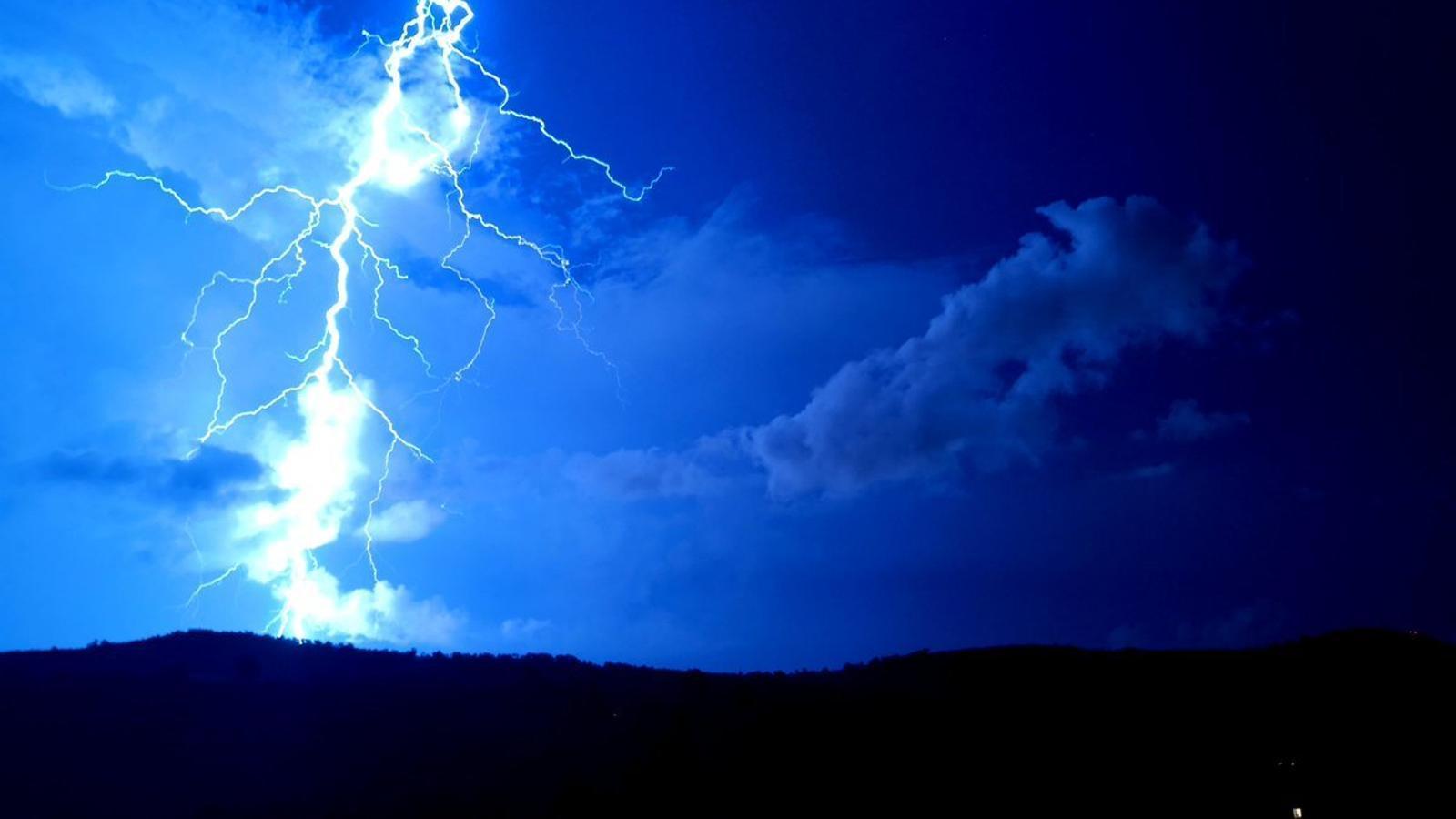 La tempesta que ahir a la nit va afectar el Garraf vista des de Viladellops, Olèrdola.
