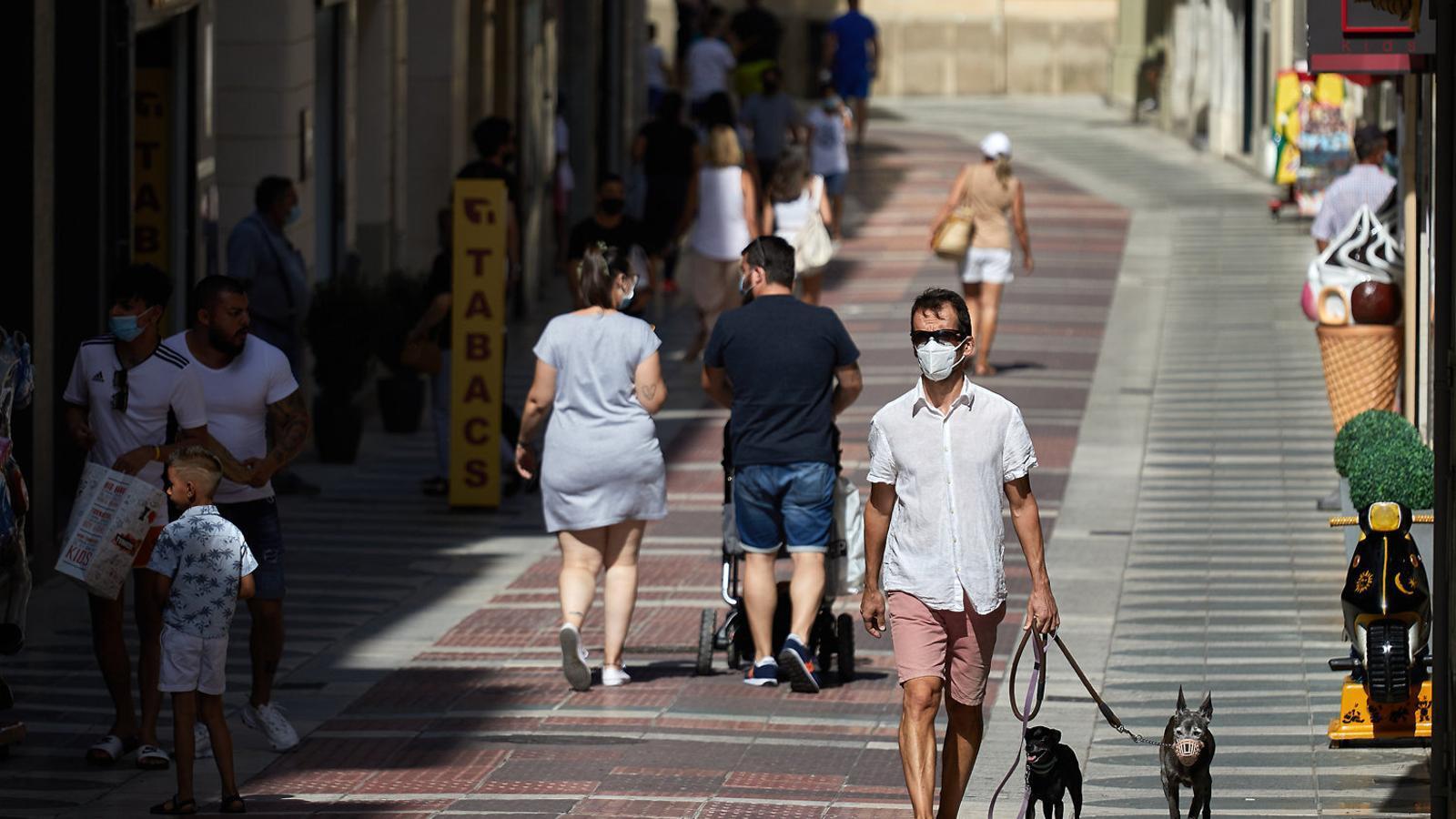 Veïns passejant amb mascaretes ahir pels carrers de Figueres.