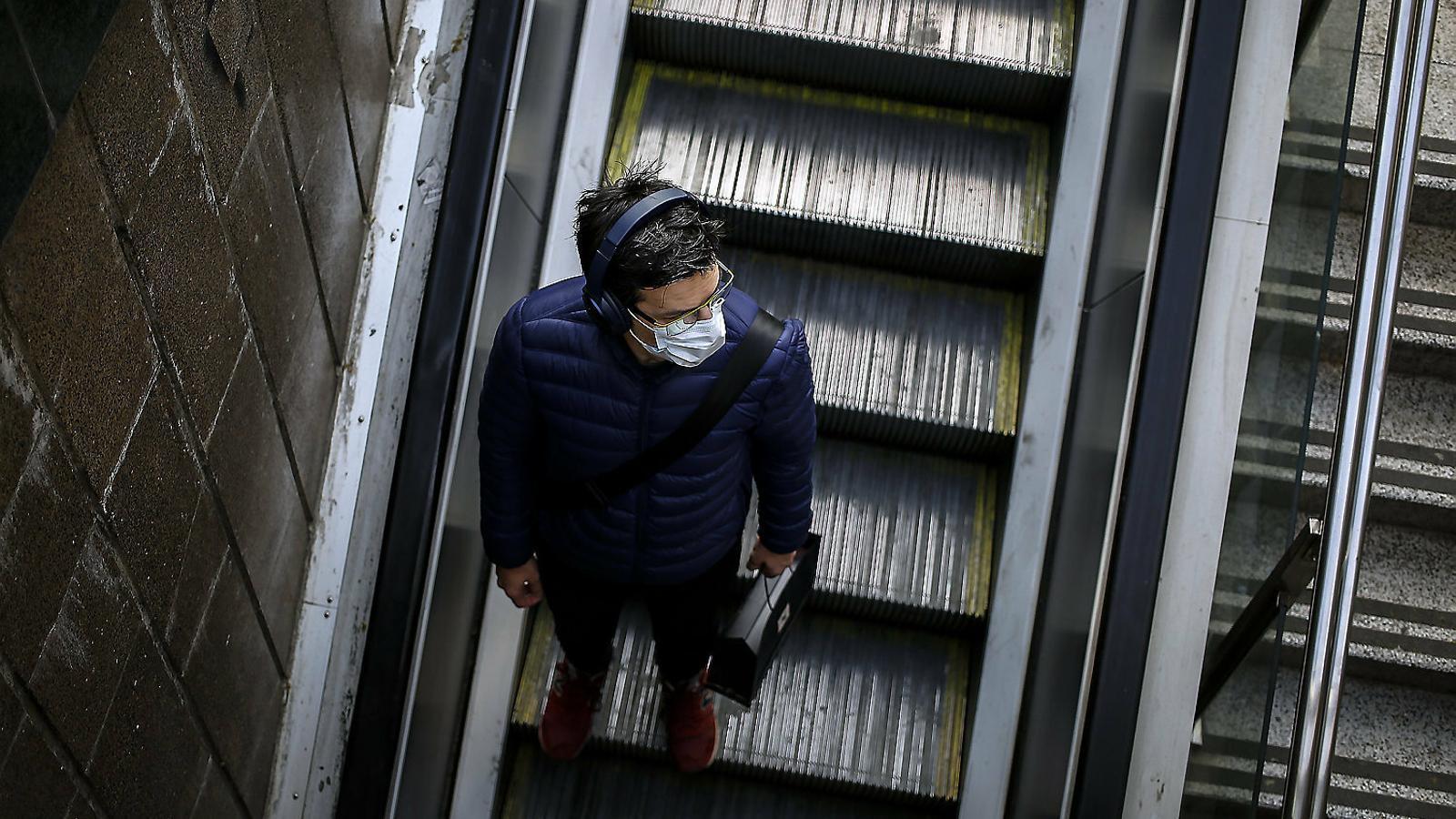 Un usuari del metro divendres a Barcelona.
