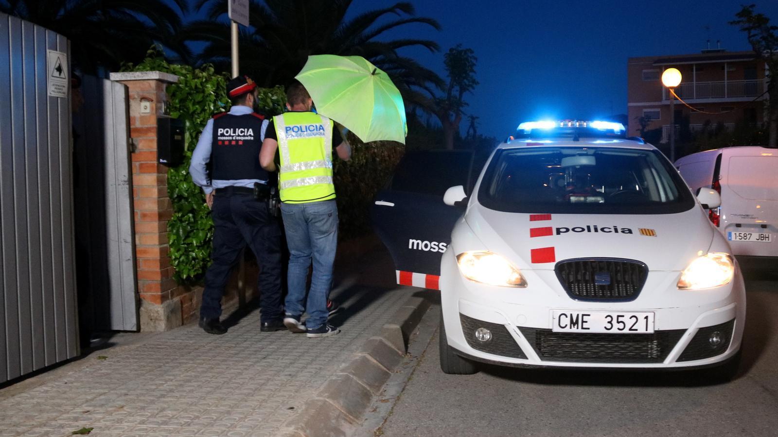 """La jutge manté a presó els dos processats per matar un guàrdia urbà pel seu paper """"actiu"""" en el crim"""