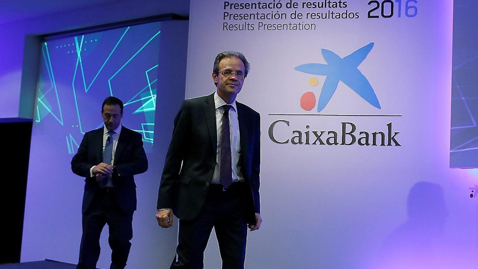 En primer pla, Jordi Gual, president de CaixaBank, seguit de Gonzalo Gortázar, conseller delegat.