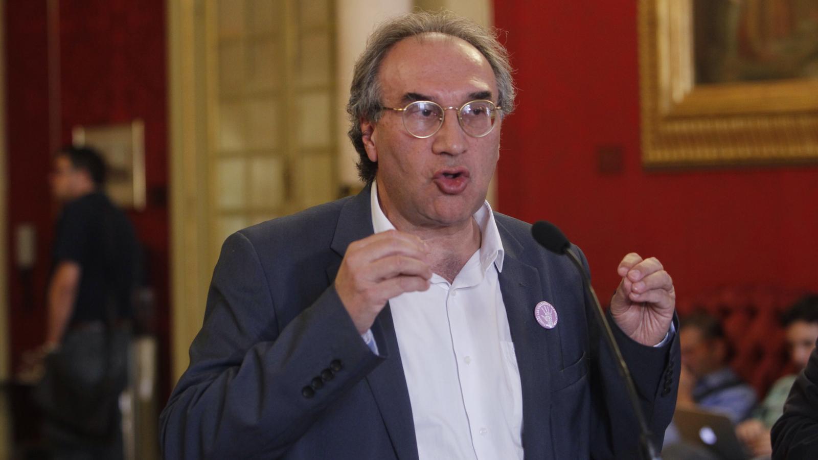 El conseller d'Educació, Martí March, donant explicacions al Parlament.