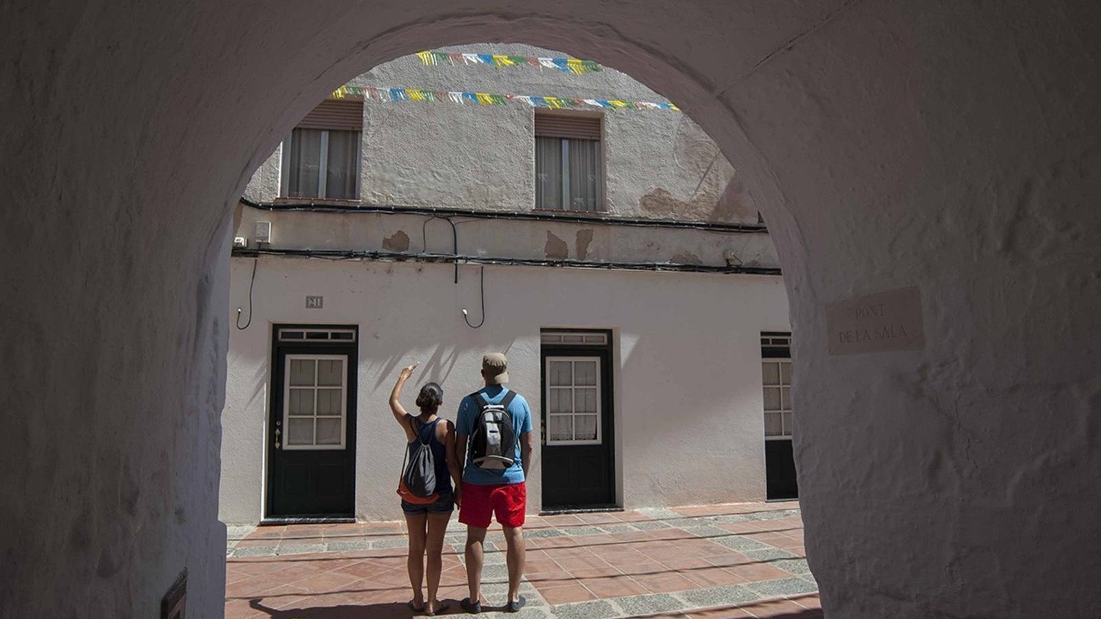 Passejar pels carrers d'un poble o fer un tram amb bicicleta pel Camí de Cavalls són algunes de les activitats a Menorca Millennials.