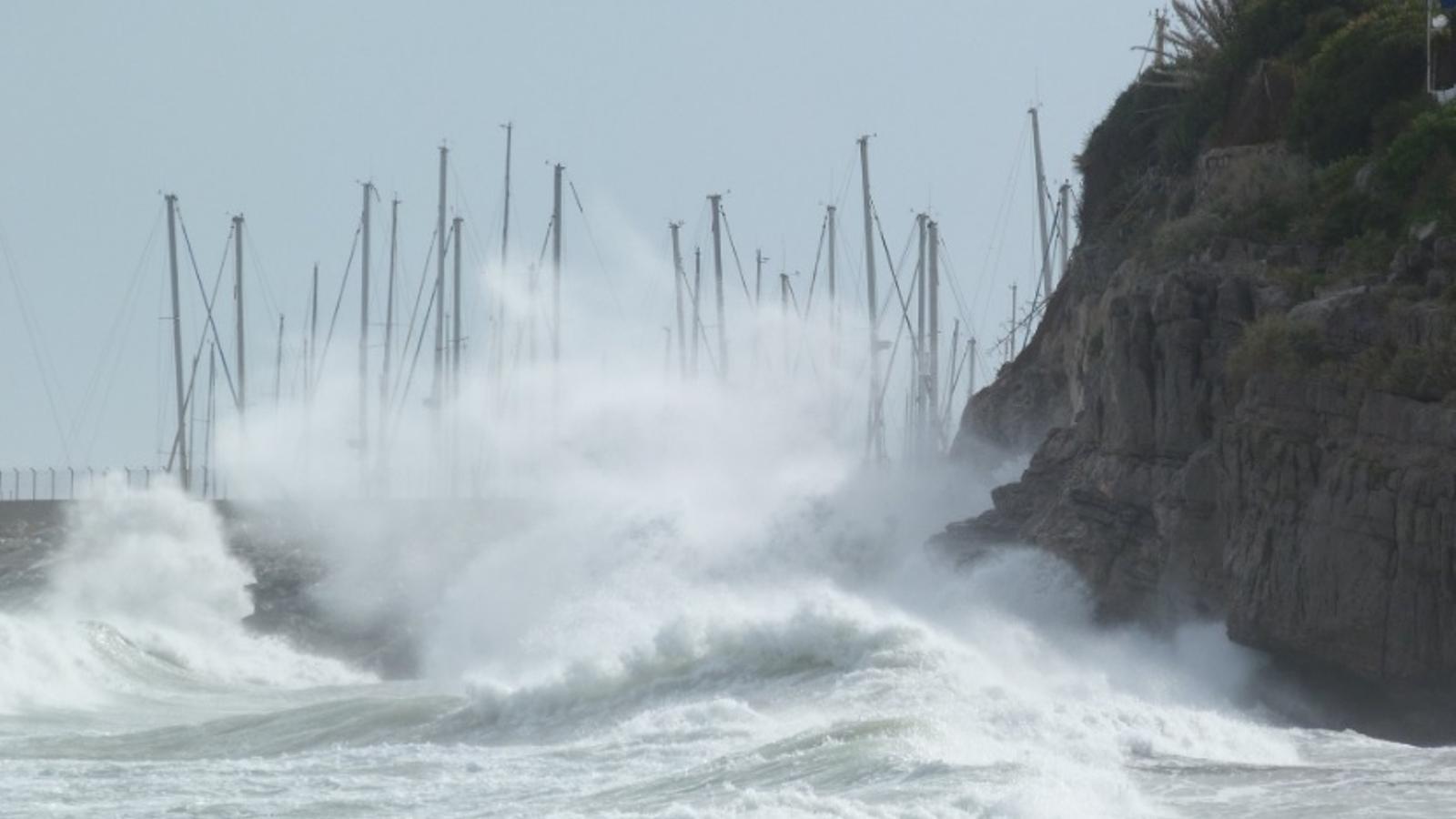 El temporal de vent i mala mar està deixant onades de fins a 4,5 metres i unes imatges espectaculars