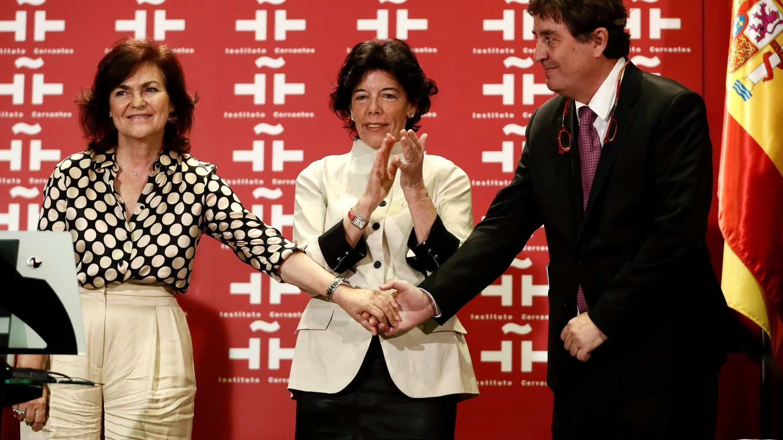 Luis García Montero durant l'acte de presa de possessió amb la vicepresidenta del govern espanyol, Carmen Calvo, i la ministra d'Educació, Isabel Celaá
