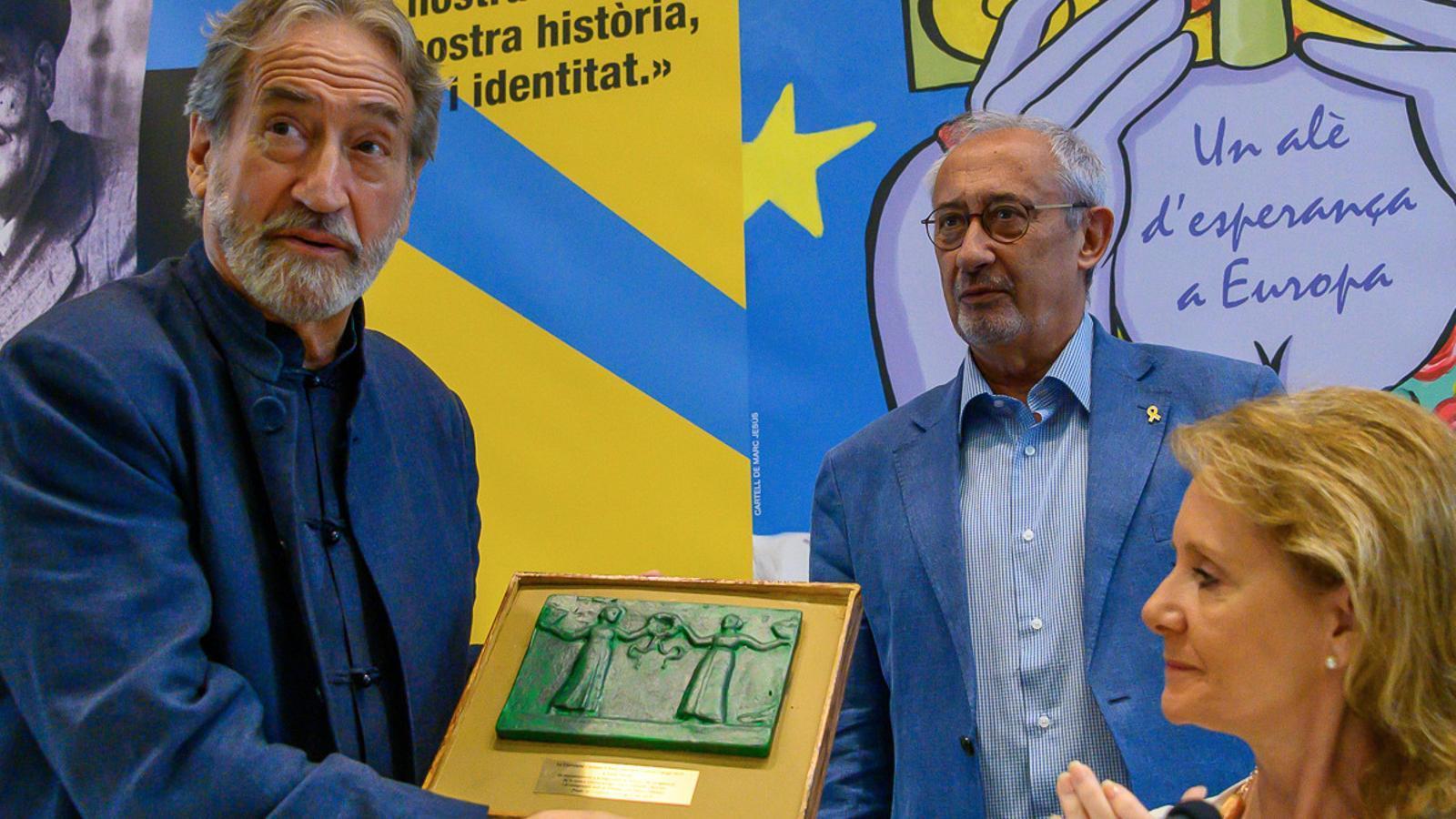 Jordi Savall rebent el Premi Canigó, amb el rector de l'UCE, Jordi Casasses, i la consellera de Cultura, Maria Àngels Vilallonga