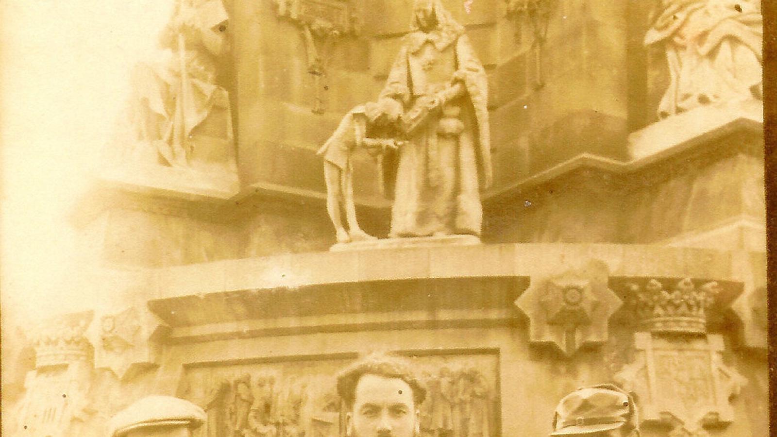 Pere Joan Borràs, al centre de la imatge, fotografiat amb dos companys a Barcelona el 1937.