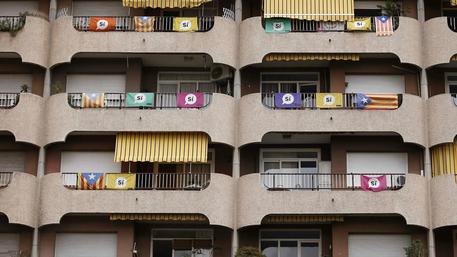 Uns balcons de Barcelona plens de domassos demanant el sí dies abans del referèndum de l'1 d'octubre del 2017.