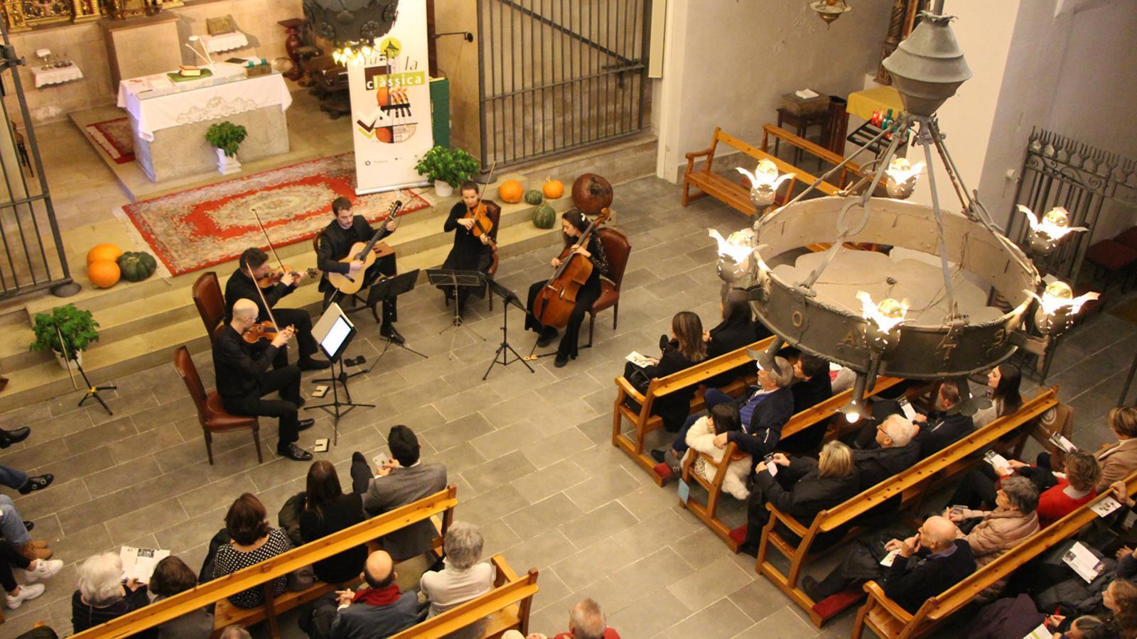 L'actuació de 5AndCordes a l'església parroquial d'Ordino. / M. P. (ANA)