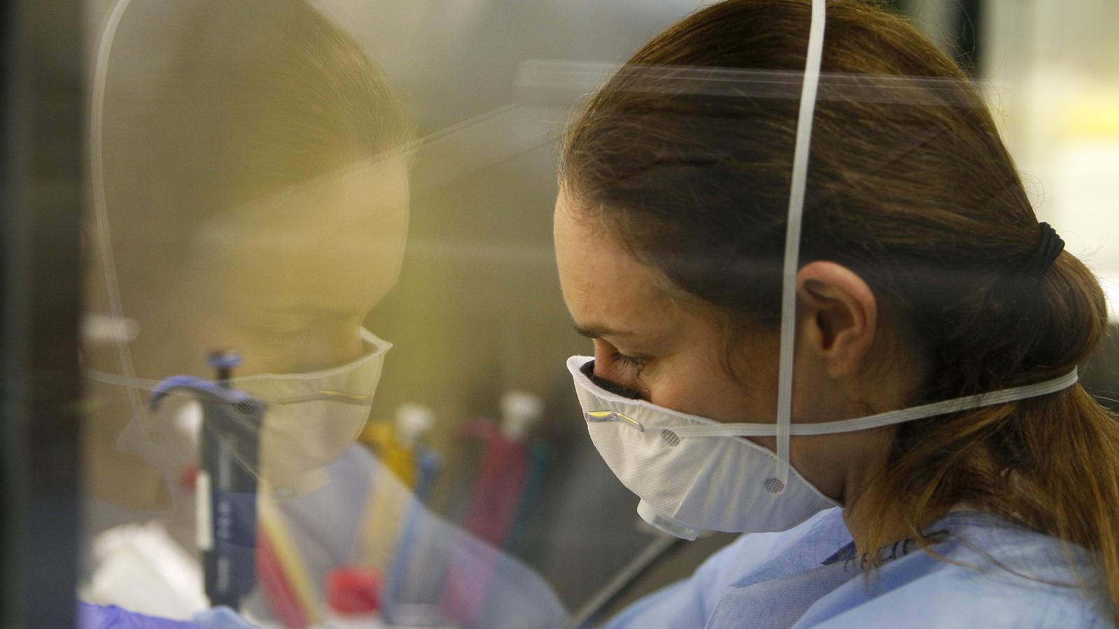 Una professional de la sanitat en el laboratori de Son Espases.