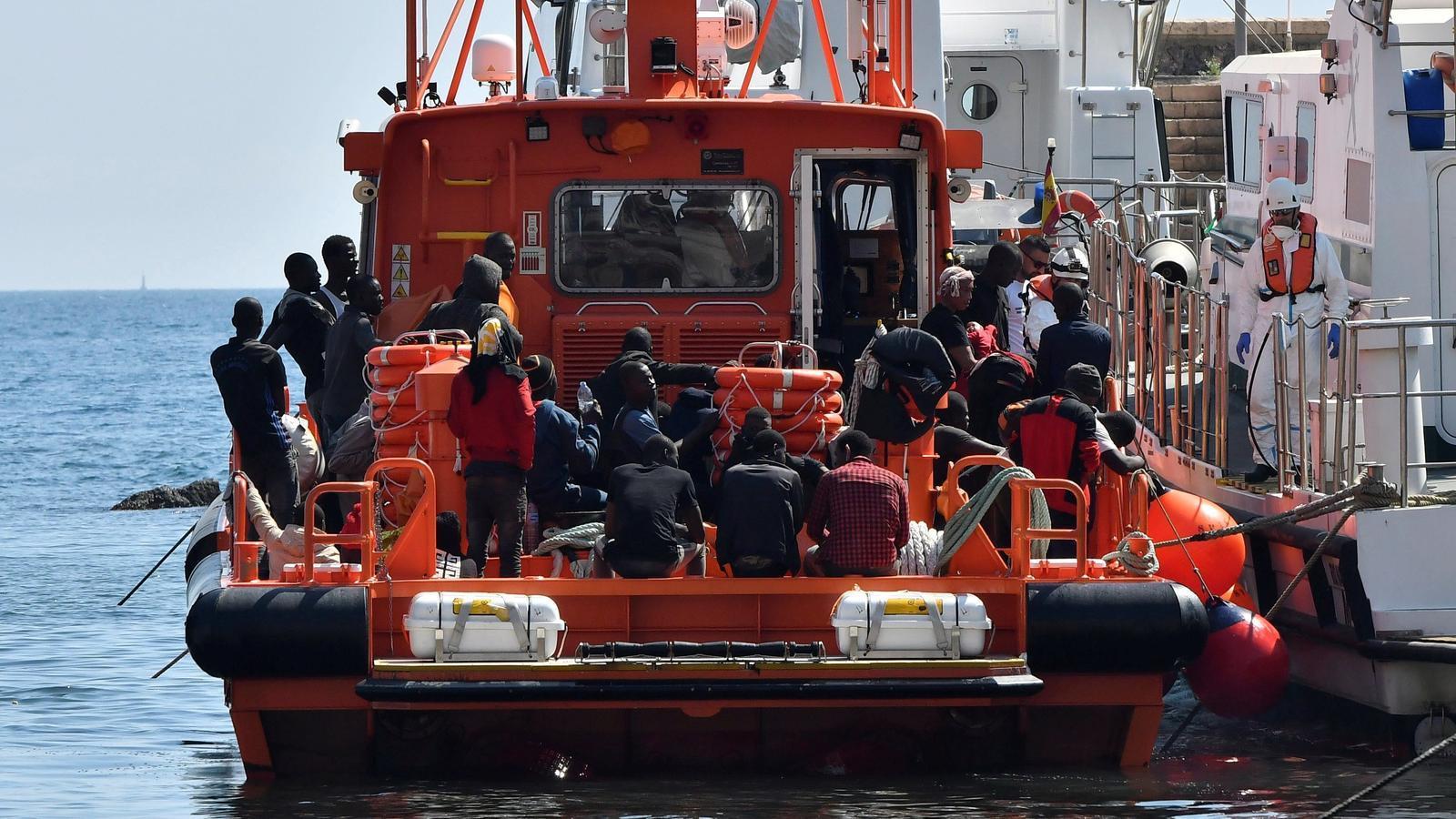 Una de les embarcacions que ha rescatat els migrants prop del mar d'Alborán.