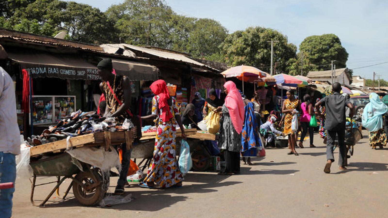 Venedors i compradors en una estampa típica d'un mercat,  a Bajul.