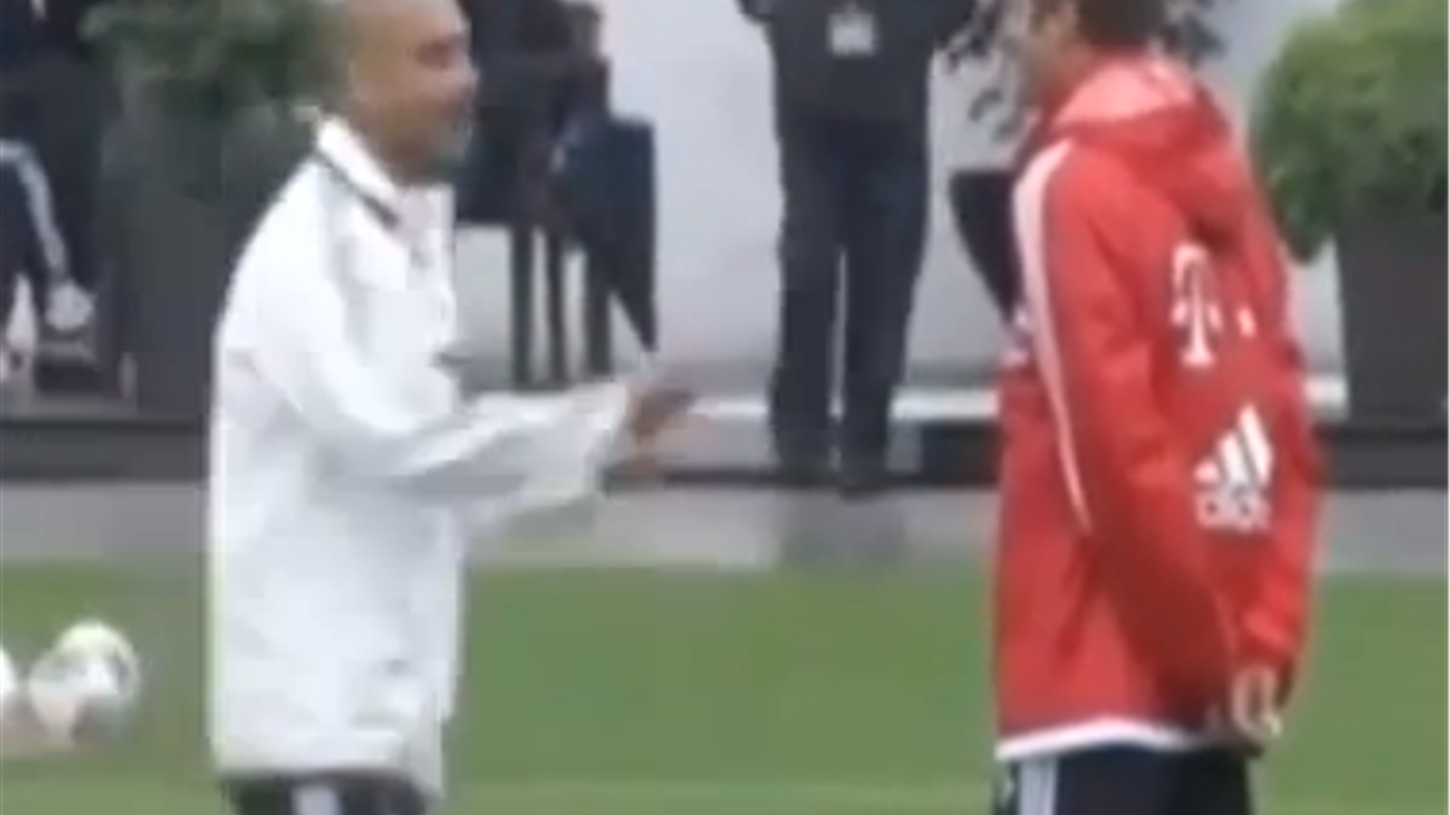 Guardiola alliçona el davanter alemany Thomas Müller en un entrenament del Bayern