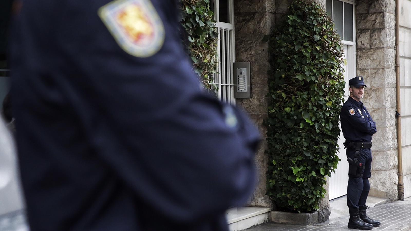 La Policia Nacional escorcolla la casa i el despatx de l'expresident Pujol i la casa del seu fill gran
