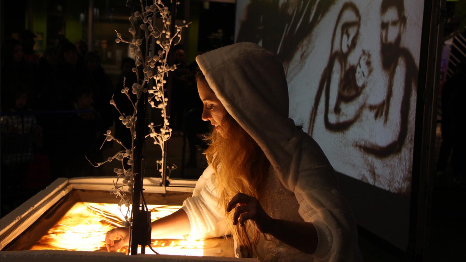 Un moment del conte 'La Rondalla màgica', explicat amb la tècnica del Sant Art per Didi Rodan. / L. M. (ANA)