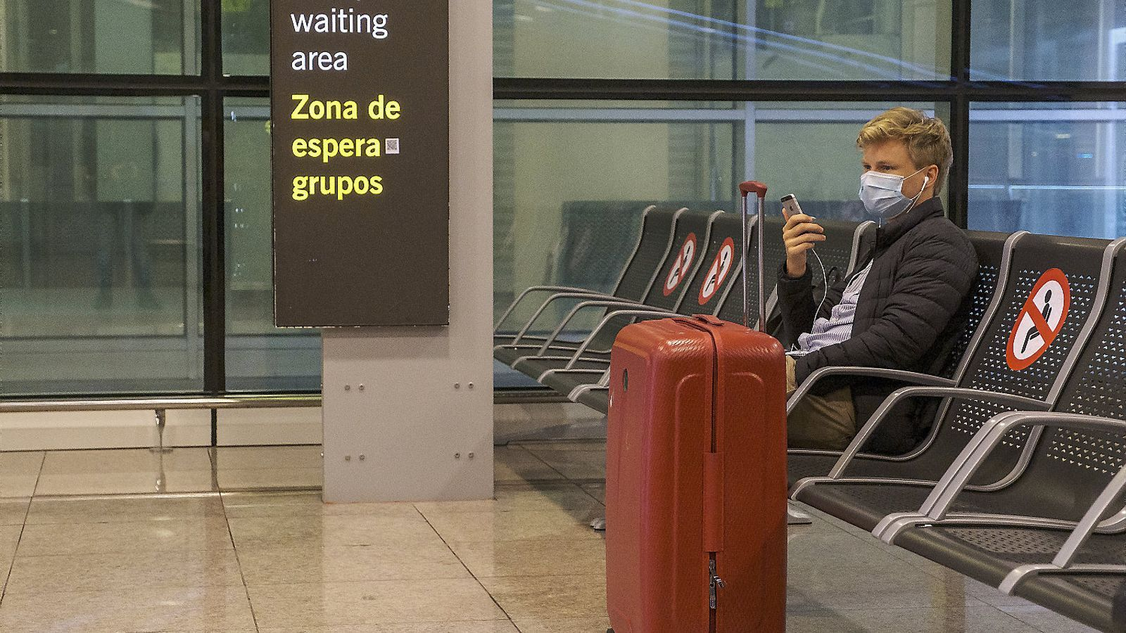 Un viatger esperant assegut a la T1 de l'aeroport del Prat, la primera setmana de les vacances de Nadal.   En els seus càlculs, l'INE considera que la compra d'un habitatge no forma part del consum d'una família. En canvi, sí que inclou en la fórmula de l'IPC els preus del lloguer.
