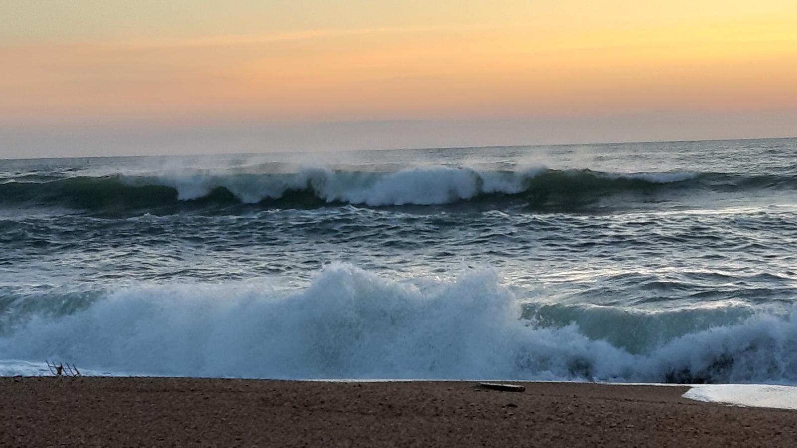 Restes del temporal a la costa i cel serè, amb temperatures més altes