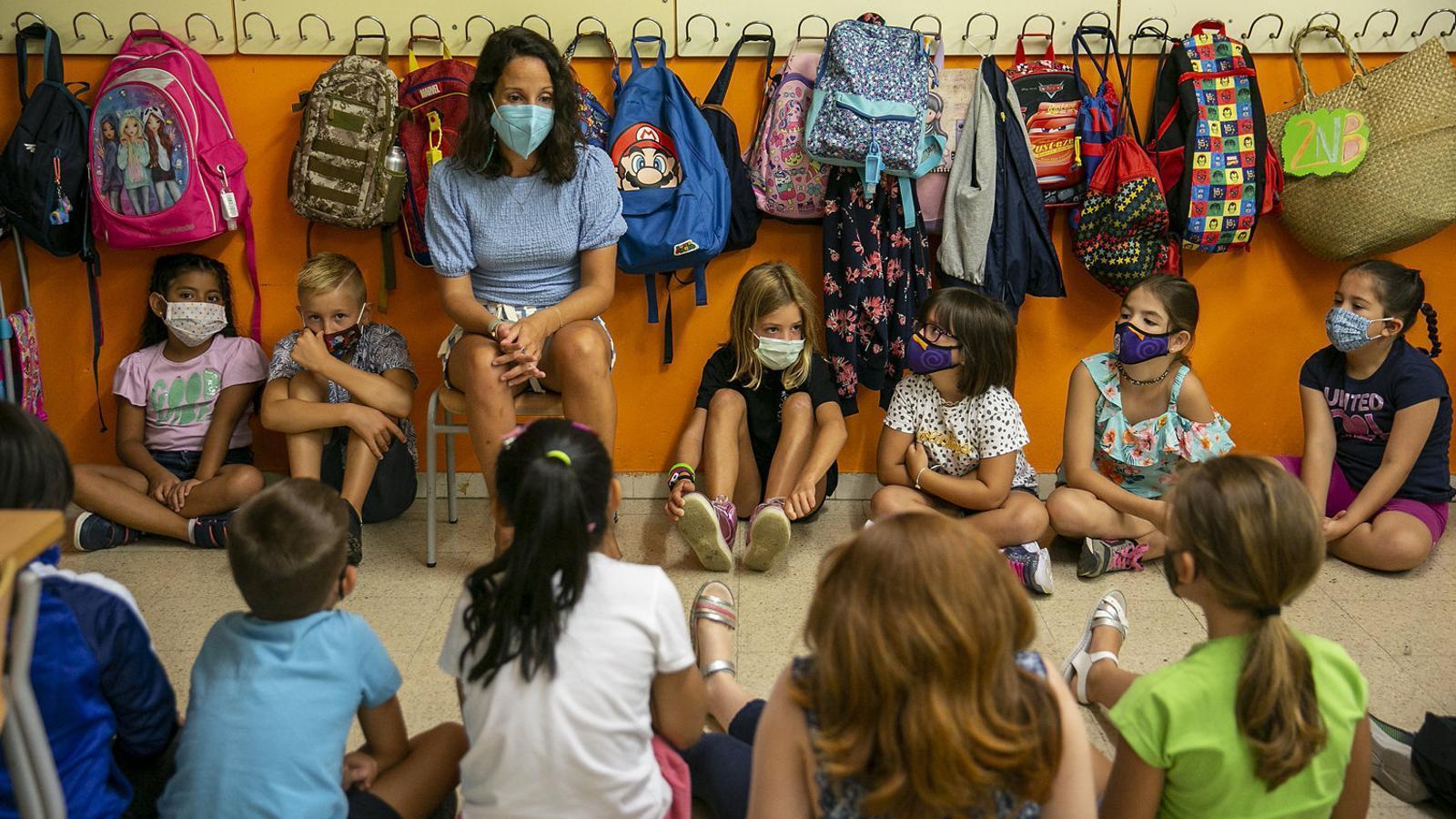 Una mestra amb el seu grup bombolla ahir en una aula de l'Escola Catalònia de Barcelona.