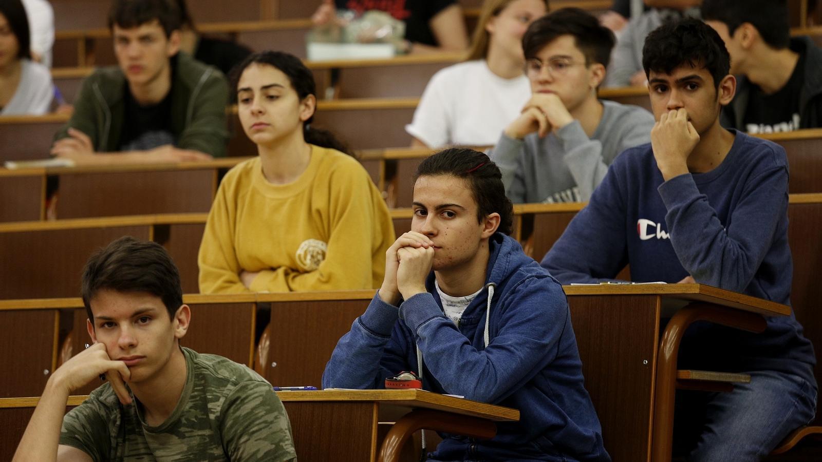 Estudiants durant un examen de les PAU ahir a Barcelona