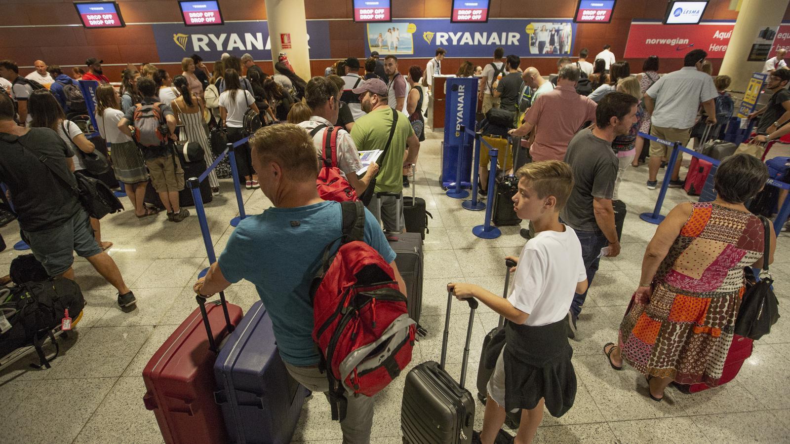 Una jutge determina que Ryanair no pot cobrar per pujar a l'avió una maleta de mà