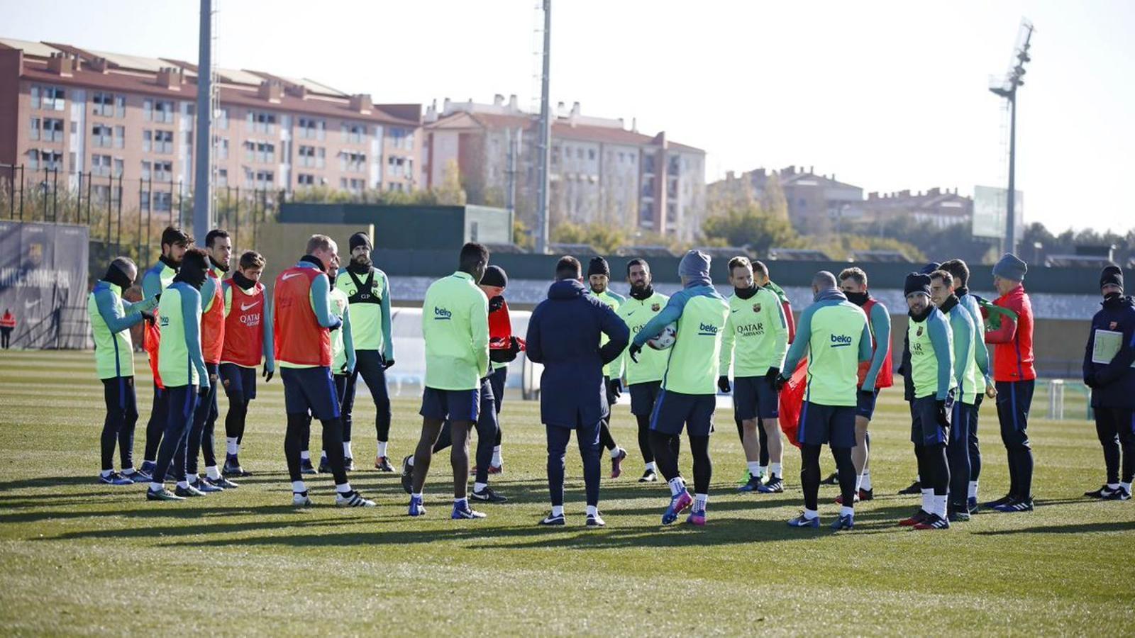 Els jugadors del Barça durant l'entrenament