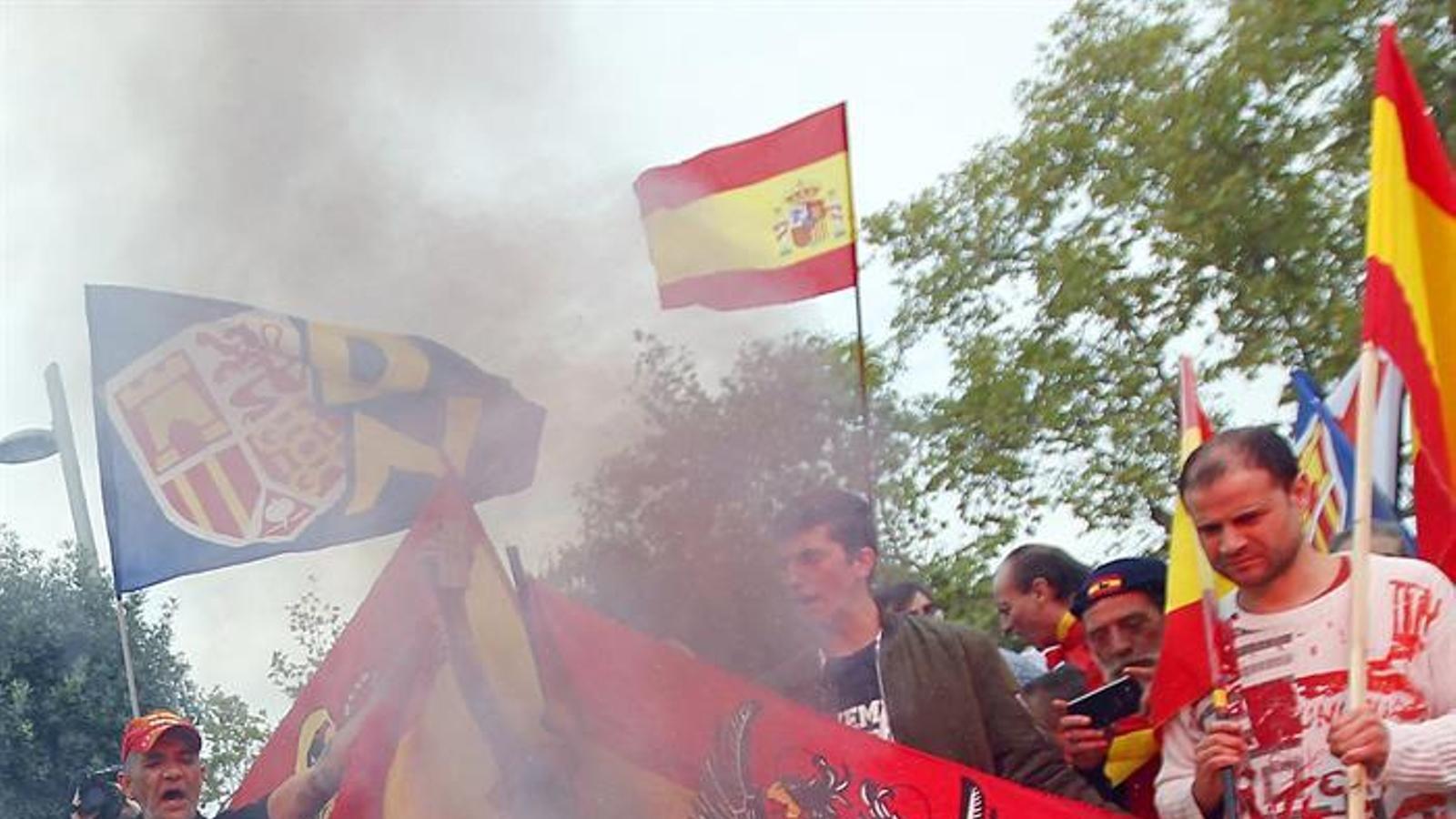 A la manifestació de la ultradreta s'han cremat estelades / ALBERTO ESTÉVEZ / EFE